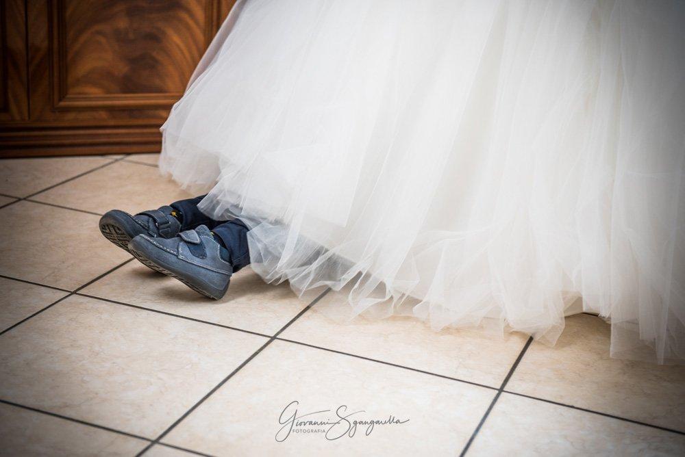 Bambino sotto abito della sposa a Paestum